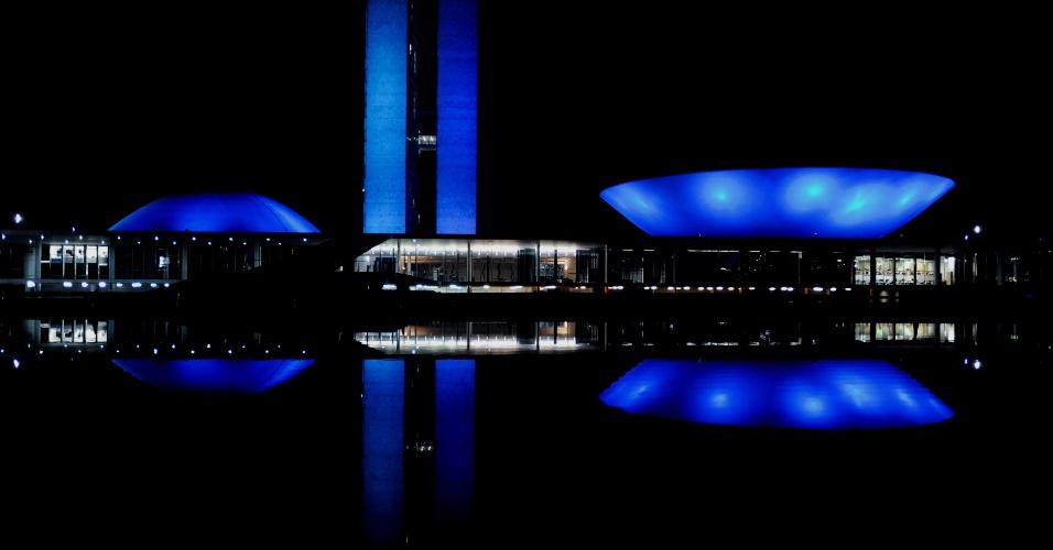 22.mar.2013 - Prédio do Congresso Nacional em Brasilia é iluminado de azul em homenagem ao Dia da Água, neste 22 de março. O palácio do planalto e a Esplanada dos Ministérios também foram iluminados
