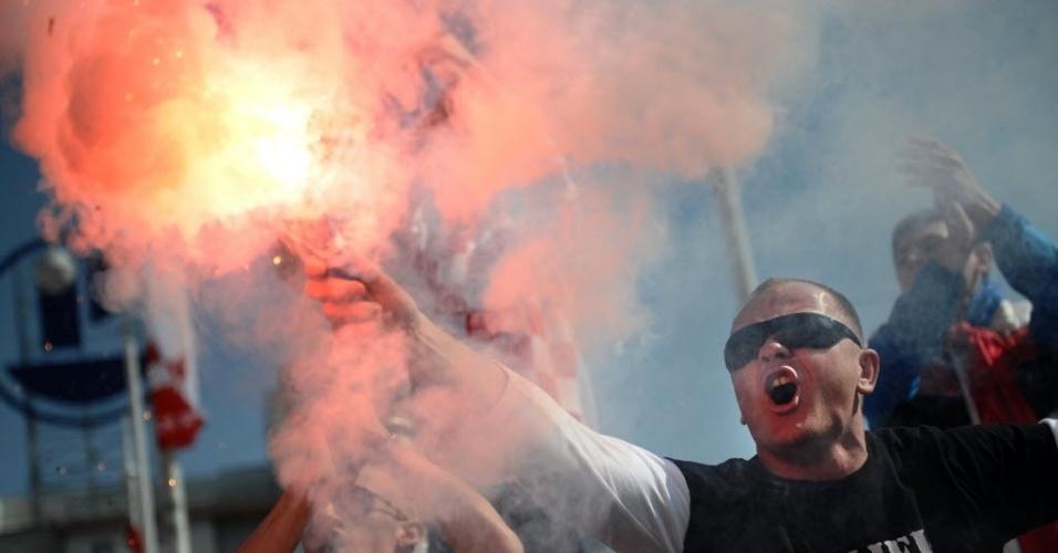 22.mar.2013 - Torcedor croata acende sinalizador antes da partida entre Croácia e Sérvia, uma das maiores rivalidades nas eliminatórias da Europa; croatas venceram por 2 a 0