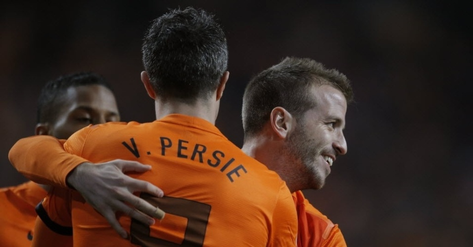 22.mar.2013 - Van Persie e Van der Vaart comemoram gol da Holanda contra a Estonia