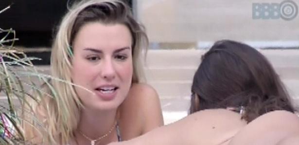 22.mar.2013 22.mar.2013 - Fernanda e Andressa conversam à beira da piscina