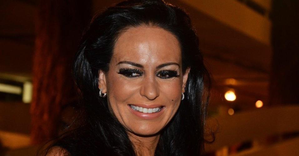 """22.mar.2013 Cozete Gomes, que participou da segunda temporada do reality """"Mulher Ricas 2"""", nos bastidores da São Paulo Fashion Week"""