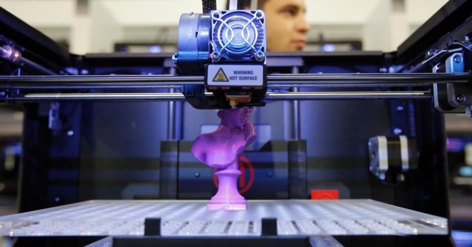 A empresa MakerBot exibiu a impressora 3D de mesa Replicator 2X durante a CES 2013, feira de tecnologia realizado em Las Vegas, nos Estados Unidos. Durante o evento, a companhia exibiu em tempo real o funcionamento do aparelh