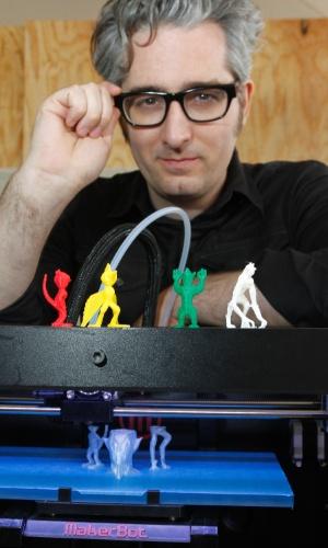 Bre Prettis, fundador da MakerBott, posa com objetos feitos em impressora 3D de mesa durante o SXSW, evento realizado em Austin, Texas (EUA). Uma impressora dessa estrutura custa cerca de US$ 3.000 (aproximadamente R$ 6.035)