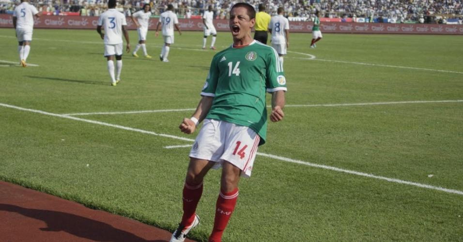 22.mar.2013 - Javier 'Chicharito' Hernández comemora após marcar um dos gols do México no empate por 2 a 2 com Honduras pelas eliminatórias da Copa-14