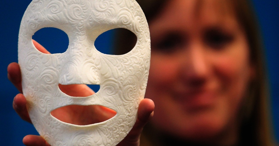 Funcionaria da Materialise, empresa especializada em impressões 3D, exibe máscara customizada feita por impressora da companhia. As impressoras 3D utilizam diferentes técnicas para construir peças a partir de modelos digitais