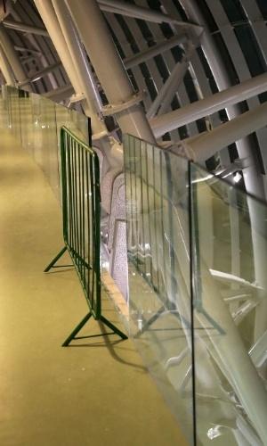Grade metálica isola local de onde uma placa de vidro despencou 10 metros, no Castelão, em Fortaleza