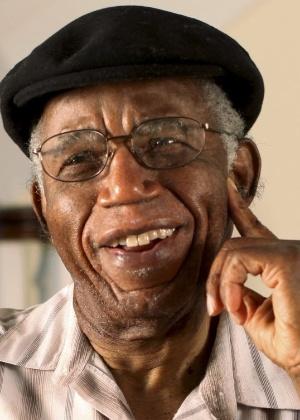 Imagem sem data mostra o autor nigeriano Chinua Achebe em sua casa em Warwick