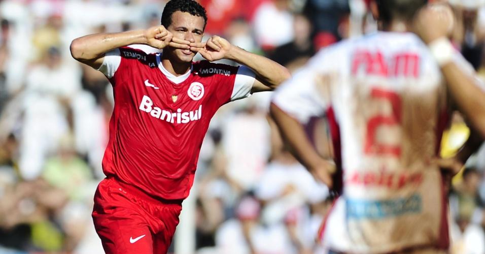 Leandro Damião faz o tradicional bigode para comemorar gol na final da Taça Piratini