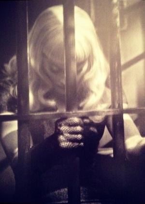 """Madonna nos bastidores da produção """"Secret Project"""", misterioso projeto de seu fotógrafo favorito, Steven Klein; a cantora postou a foto no Instagram - Reprodução"""