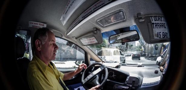 Osvaldo dos Santos é taxista há 16 anos e há três anos treina inglês com os passageiros - Leandro Moraes/UOL