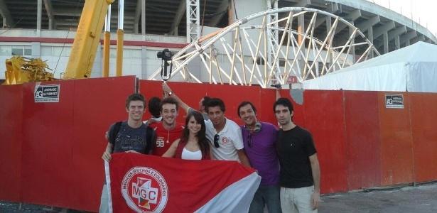 Torcedores do Inter foram até o Beira-Rio acompanhar de perto instalação da cobertura