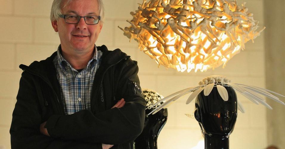 Wilfried Vancraen, diretor-executivo da Materialise (empresa especializada em impressoras 3D) posa ao lado de objetos produzidos pela empresa. As impressoras 3D reduzem a limitação de fabricação. Para fazer um objeto, basta ter um desenho, uma impressora e um material
