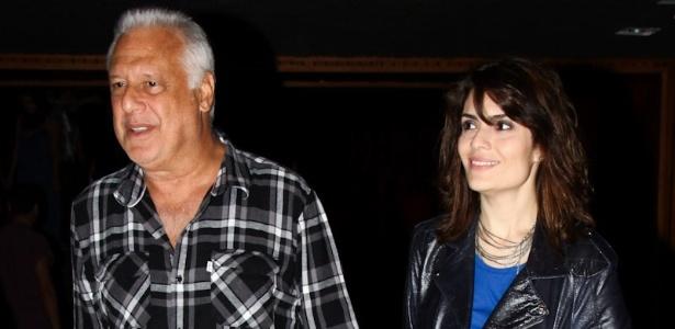 22.mar.2013 - Antonio Fagundes deixa teatro em São Paulo de mãos dadas com a atriz Arieta Corrêa