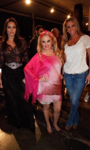 22.mar.2013 - Brunete Fraccaroli (ao centro) e Mariana Mesquita (à dir) prestigiam a São Paulo Fashion Week