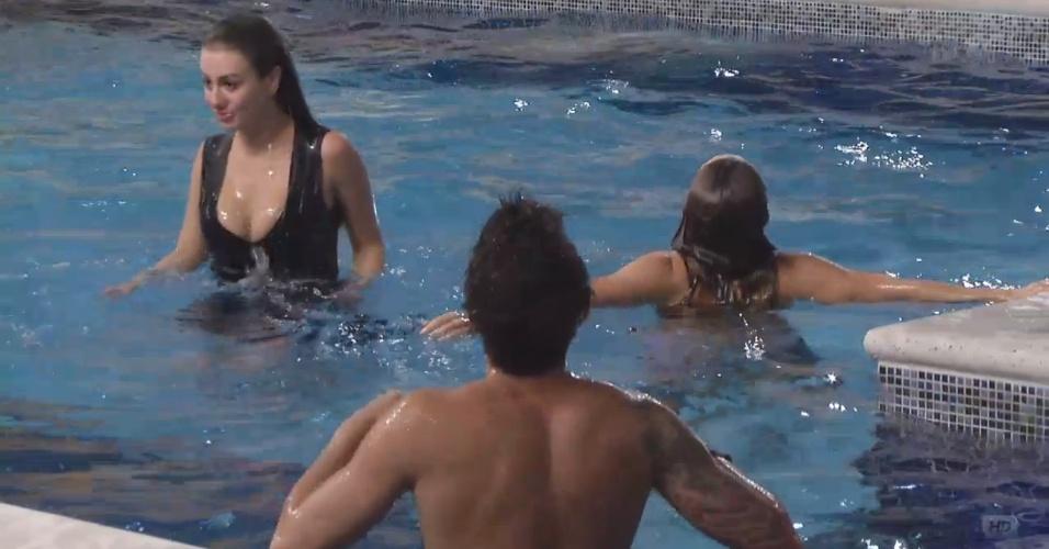 22.mar.2013 - Com um astral lá em cima, brothers curtem noite na piscina