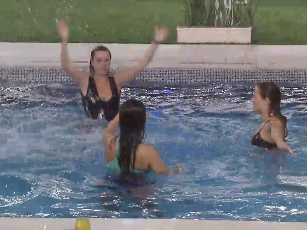 22.mar.2013 - Fernanda, Andressa e Natália brincam na água