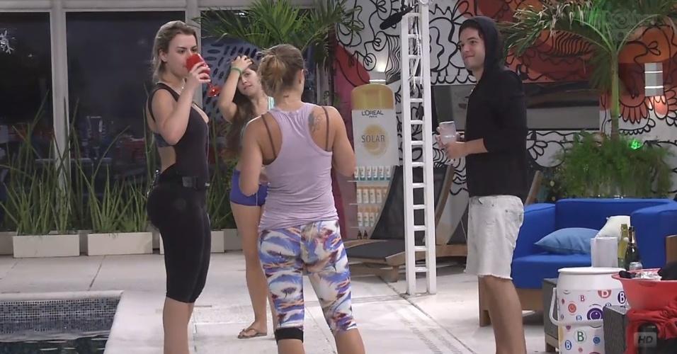 22.mar.2013 - Fernanda e Nasser se juntam a Andressa e Natália; todos dançam sertanejo