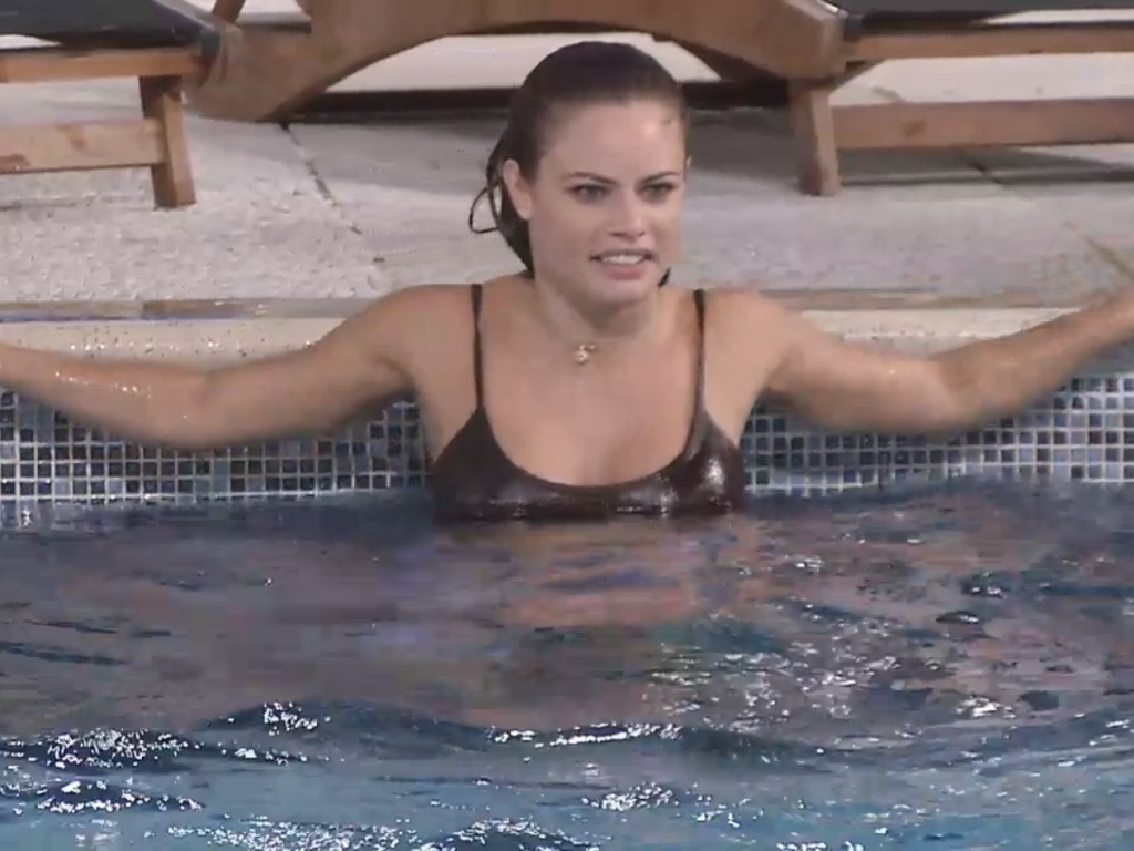 22.mar.2013 - Natália curte o som encostada na beira da piscina