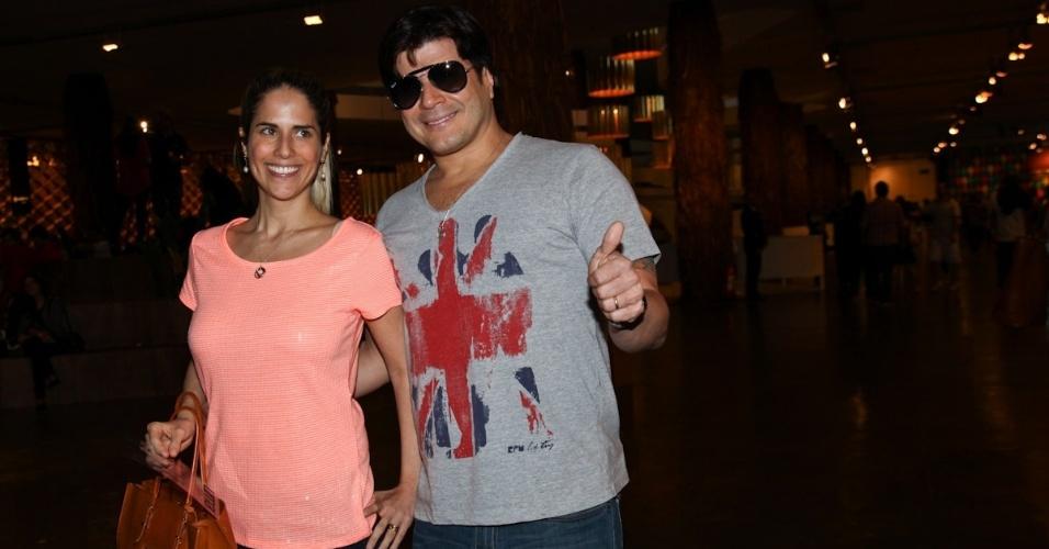 22.mar.2013 - O cantor Paulo Ricardo confere os desfiles da São Paulo Fashion Week com a mulher