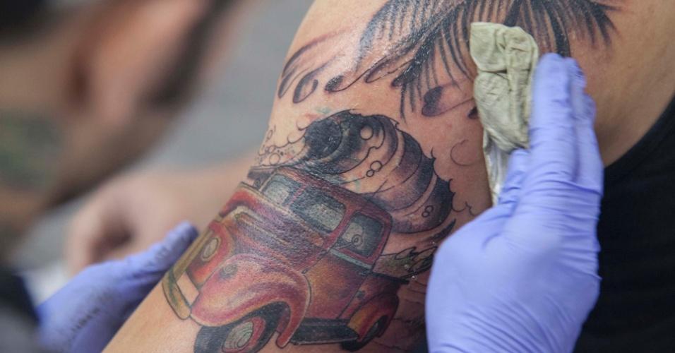 23.mar.2013 - A 8ª edição da convenção de tatuagem São Paulo Tattoo Festival reúne artistas e admiradores no centro de São Paulo, neste sábado (23) e domingo (24)