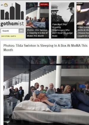 A atriz Tilda Swinton é observada por frequentadores do Museu de Arte Moderna de Nova York - Reprodução/Gothamist