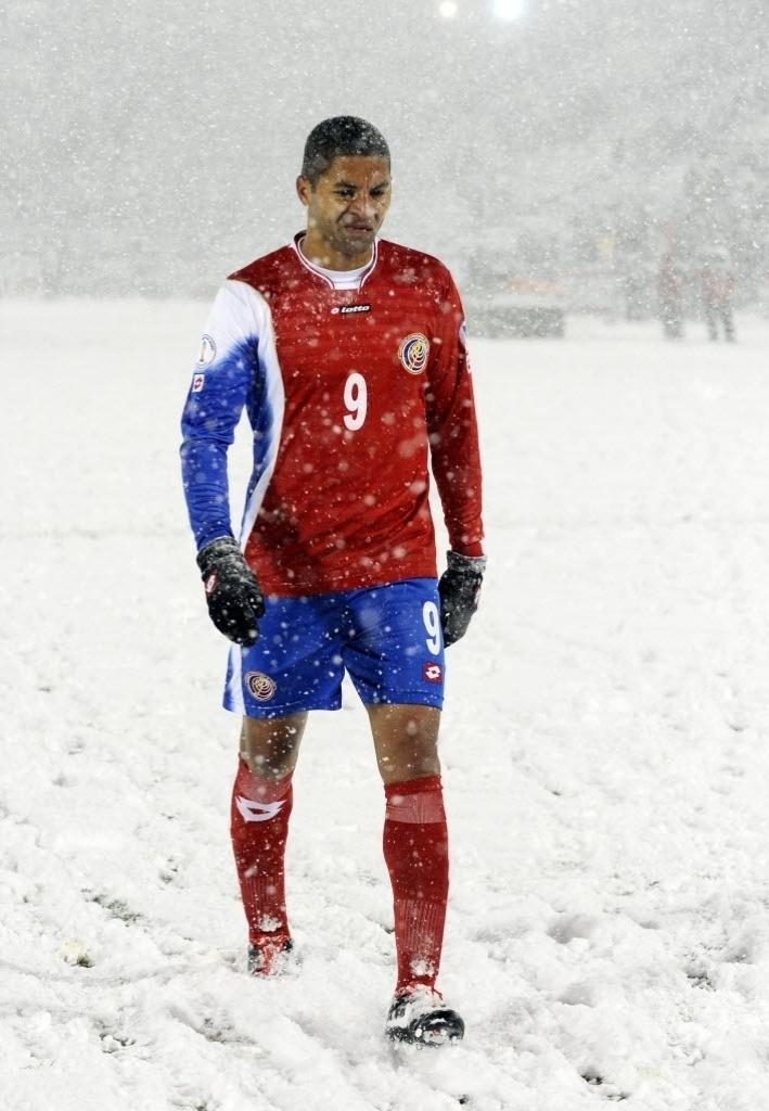 23.mar.2013 - Alvaro Saborio, de Costa Rica, deixa o gramado após derrota por 1 a 0 da sua seleção para os Estados Unidos, em partida das eliminatórias para a Copa do Mundo