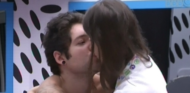 23.mar.2013 - Andressa beija Nasser em agradecimento pelo jantar preparado pelo gaúcho