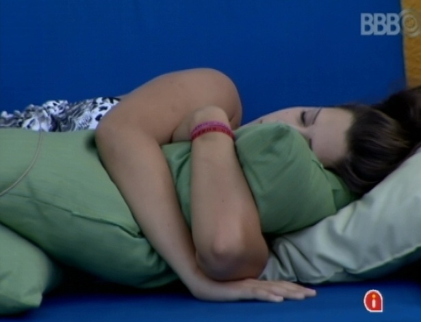 """23.mar.2013 - Andressa dorme na área externa da mansão do """"BBB13"""""""