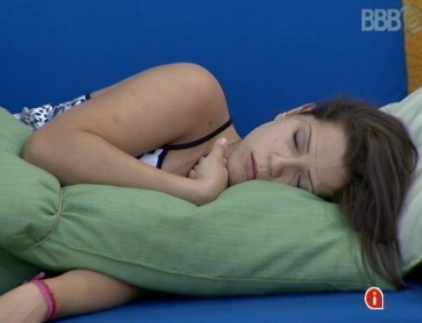 23.mar.2013 - Andressa dorme na área externa da mansão do