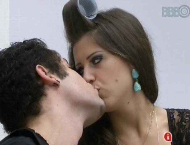 23.mar.2013 - Andressa e Nasser se beijam antes da última etapa da prova do líder