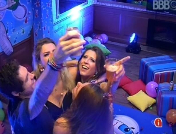 """23.mar.2013 - Brothers bvrindam ao som de """"Vida Real"""", de Paulo Ricardo, tema do programa"""