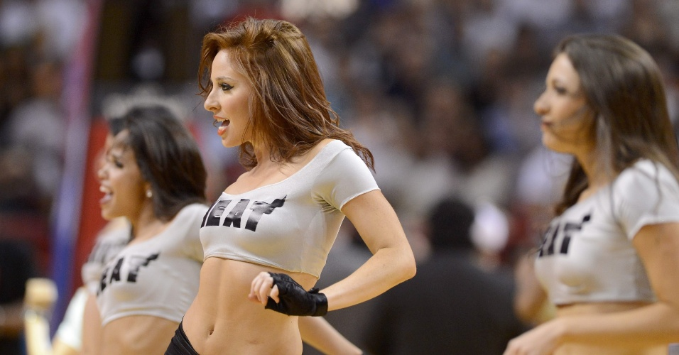 23.mar.2013 - Cheerleader do Miami Heat se apresenta no intervalo da partida contra o Detroit Pistons