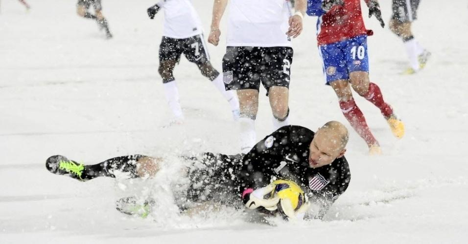 23.mar.2013 - Com o gramado coberto por neve, Brad Guzan, goleiro dos EUA, segura a bola na partida contra Costa Rica, pelas eliminatórias da Copa do Mundo-2014; norte-americanos venceram por 1 a 0