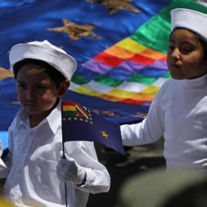 23.mar.2013 - Crianças bolivianas participam de desfile comemorativo do Dia do Mar. A data lembra a guerra com o país vizinho, o Chile