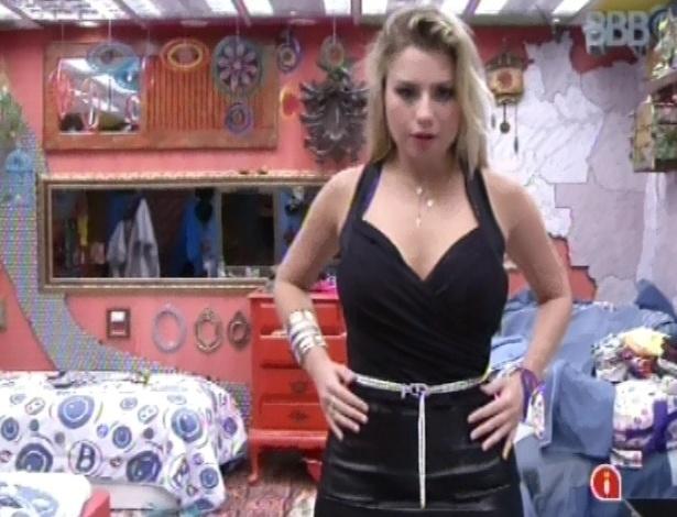 23.mar.2013 - Fernanda veste roupa enviada pela produção do programa