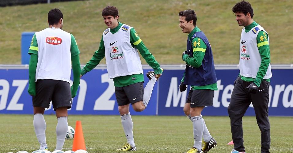 23.mar.2013 - Hulk, Kaká, Hernanes e Diego Costa brincam durante o aquecimento no último treino da seleção brasileira em Genebra, na Suíça