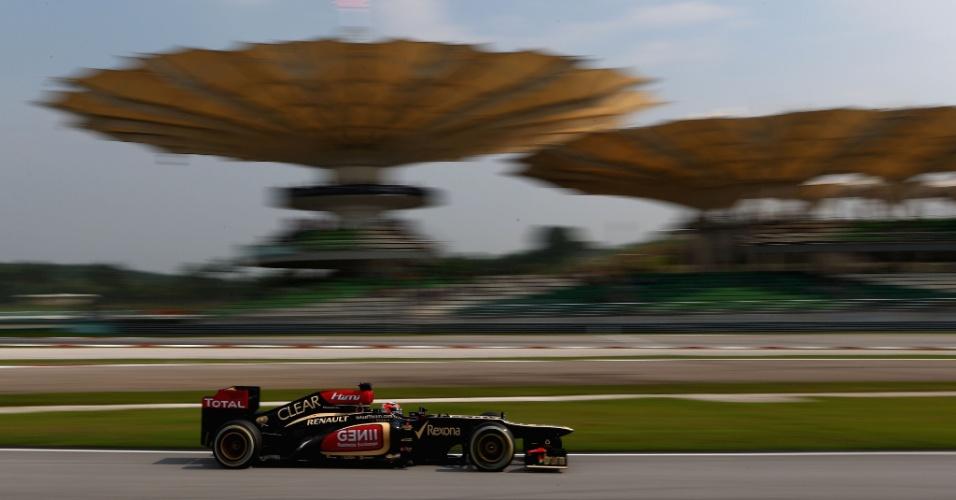 23.mar.2013 - Kimi Räikkönen acelera sua Lotus pelo circuito de Sepang