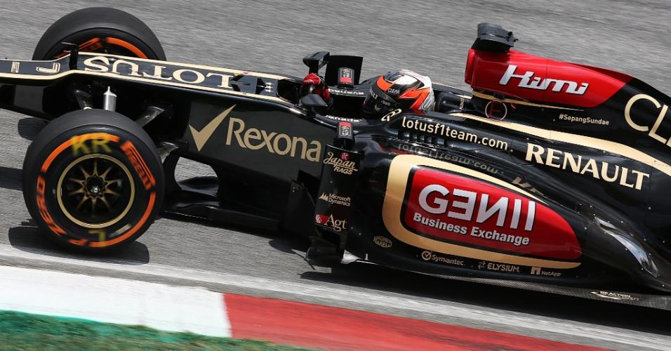 23.mar.2013 - Kimi Raikkönen acelera sua Lotus pelo circuito de Sepang durante o treino de classificação para o GP da Malásia