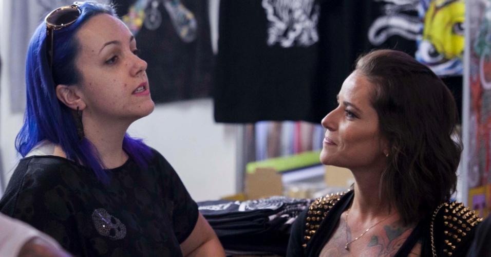 23.mar.2013 - Mulheres participam da 8ª edição da São Paulo Tattoo Festival, convenção de tatuagem que reúne artistas e admiradores no centro de São Paulo, neste sábado (23) e domingo (24)
