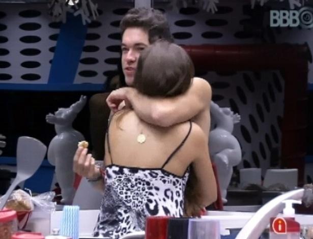 23.mar.2013 - Nasser abraça Andressa