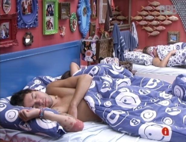 23.mar.2013 - Nasser dorme no quarto brechó com Fernanda e Natália