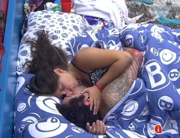 23.mar.2013 - Nasser e Andressa trocam beijos e carícias