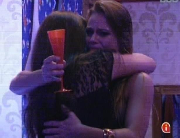 23.mar.2013 - Natália chora e recebe abraço de Andressa