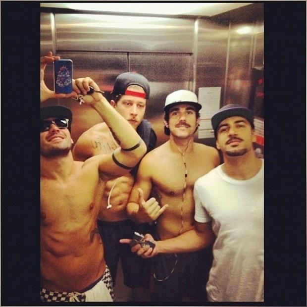 """23.mar.2013 - O ex-BBB Yuri publicou uma foto sem camisa com amigos no elevador. """"Partiu praia... o bonde tá formado"""", escreveu"""