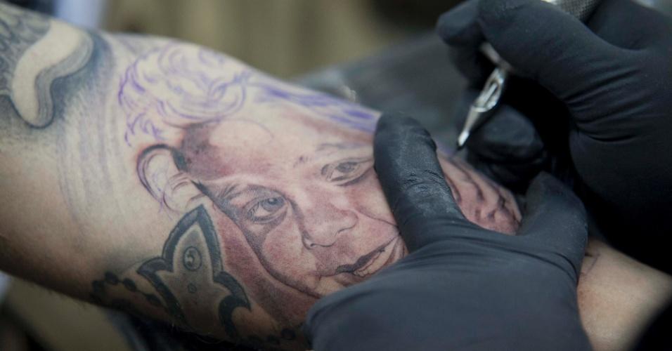 23.mar.2013 - O tatuador mexicano Jose Lopez mostra seu trabalho durante a 8ª edição da São Paulo Tattoo Festival, convenção de tatuagem que reúne artistas e admiradores no centro de São Paulo, neste sábado (23) e domingo (24)