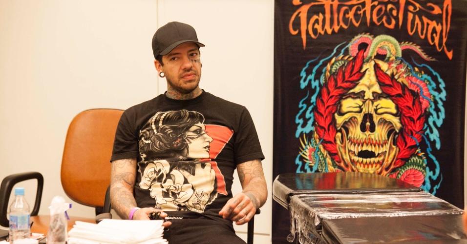 23.mar.2013 - O tatuador Mike Chambers, da Filadélfia (EUA), participa da 8ª edição da São Paulo Tattoo Festival, convenção de tatuagem que reúne artistas e admiradores no centro de São Paulo, neste sábado (23) e domingo (24)