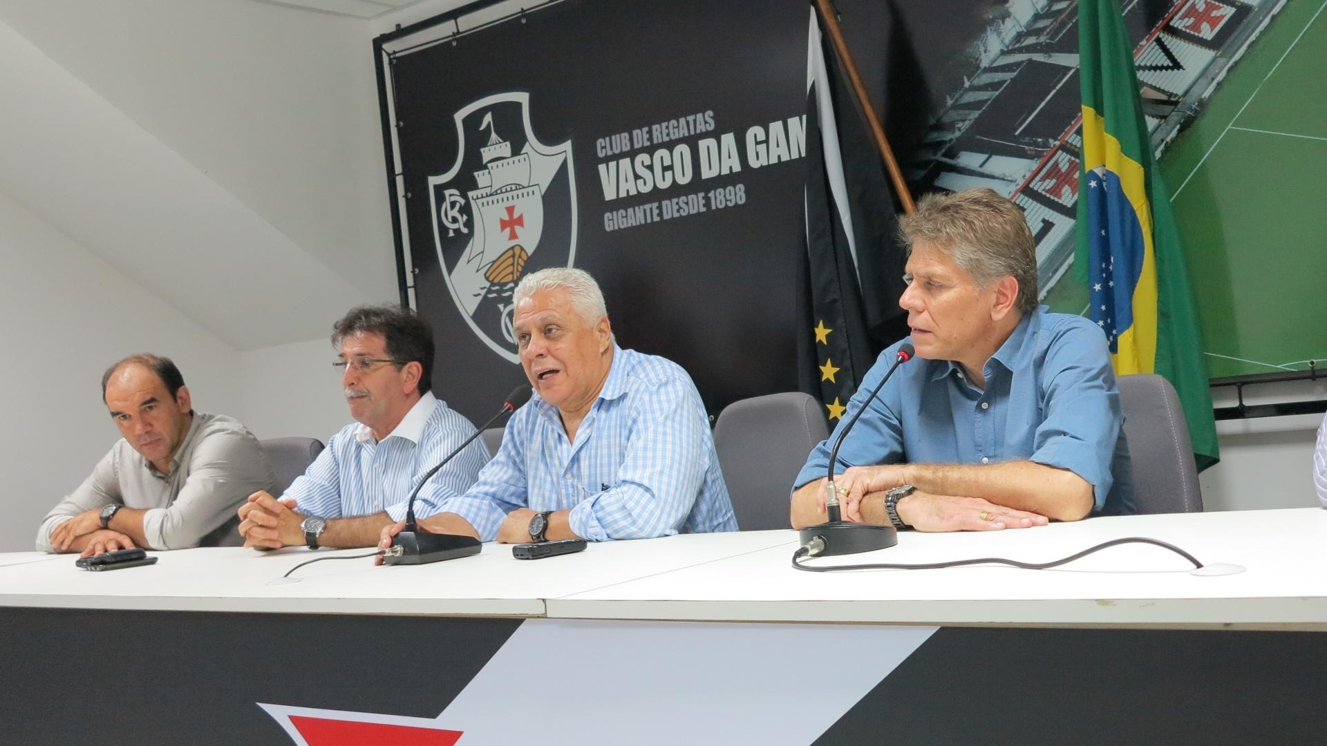 23.mar.2013 - Os dirigentes Ricardo Gomes e Renê Simões e o presidente Roberto Dinamite acompanham a apresentação do técnico Paulo Autuori