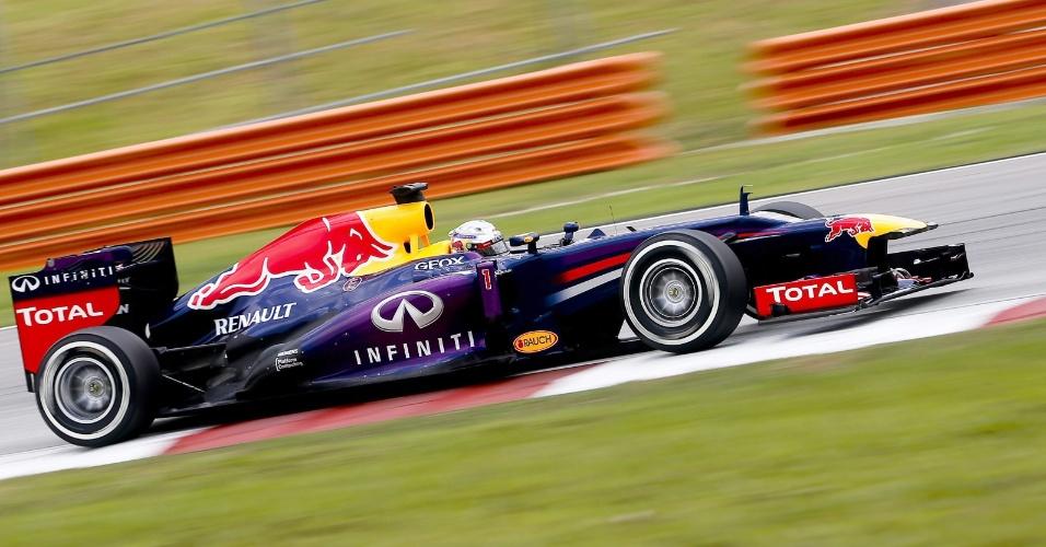 23.mar.2013 - Sebastian Vettel conduz sua Red Bull pelo circuito de Sepang durante treino de classificação
