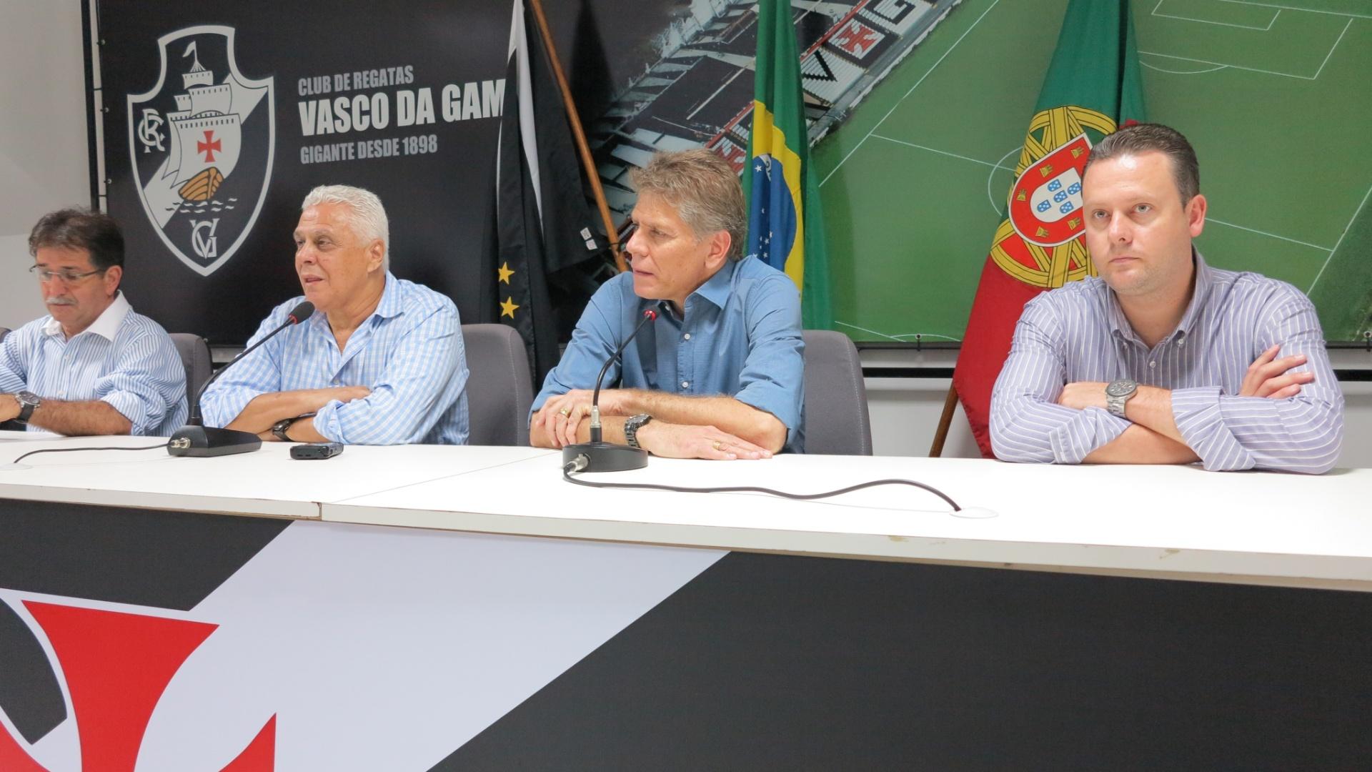 23.mar.2013 - Técnico Paulo Autuori é apresentado ao lado do presidente Roberto Dinamite como novo treinador do Vasco
