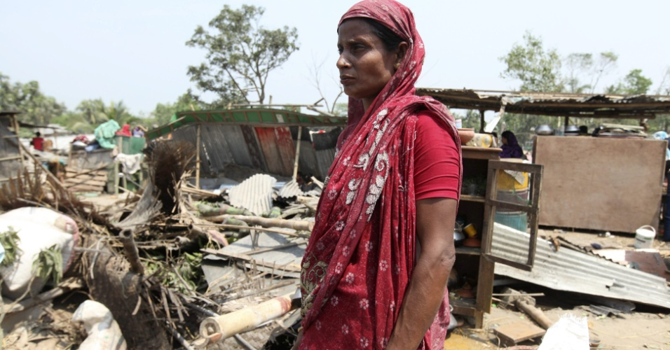 23.mar.2013- Mulher vê casa destruída após passagem de tornado que matou 20 pessoas incluindo crianças e mulheres em Brahmanbaria, em Bangladesh
